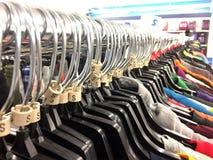 Kleidung auf Aufhängungen stockbild