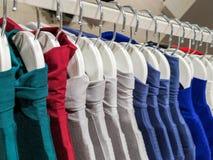 Kleidung auf Aufh?ngern im Speicher Kleidung hängt an einem Regal in einem Designer-Kleidungs-Bekleidungsgeschäft in den verschie lizenzfreie stockbilder