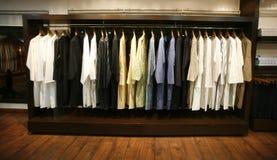 Kleidung auf Bildschirmanzeige im Entwerfer kauft in Delhi Stockfotografie