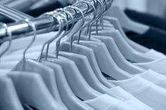 Kleidung auf den Aufhängungen (getont) Lizenzfreie Stockfotos