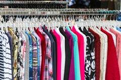 Kleidung auf einem Aufhänger Stockfotos