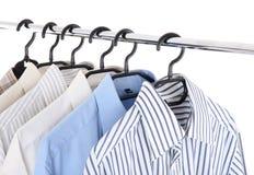 Kleidung auf einer Aufhängung Lizenzfreies Stockfoto