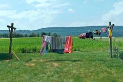 Kleidung auf einer Wäscheleine. Stockbilder