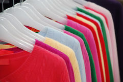 Kleidung auf Regal Lizenzfreies Stockfoto