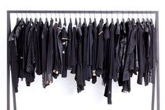 Kleidung auf Regal Stockfoto