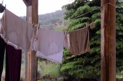 Kleidung auf Wäscheleine Stockfotos
