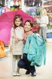 Kleidung der Frau und des kleinen Mädchens Einkaufs lizenzfreie stockfotos