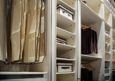 Kleidung in der Garderobe Lizenzfreie Stockbilder