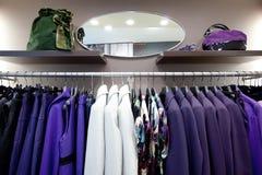 Kleidung der stilvollen Frauen auf Aufhängungen im System Lizenzfreies Stockbild