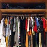 Kleidung in der vollen Garderobe Lizenzfreies Stockfoto