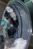 Kleidung in der Waschmaschine stockfotografie