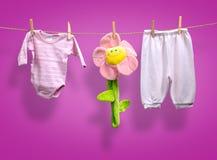 Kinderkleidung auf wäscheleine  Babykleidung Und Eine Blume Auf Einer Wäscheleine Stockbild - Bild ...