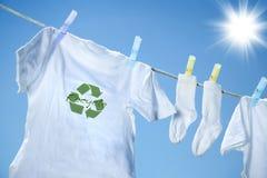 Kleidung, die auf Wäscheleine trocknet Lizenzfreie Stockbilder