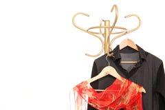 Kleidung, die an den Aufhängungen hängt Lizenzfreie Stockbilder