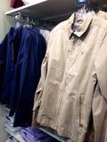 Kleidung, die an den Aufhängungen hängt Stockfoto