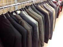 Kleidung, die an den Aufhängungen hängt Stockfotos