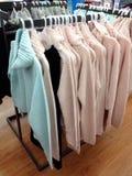 Kleidung, die an den Aufhängungen hängt Lizenzfreies Stockfoto
