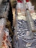 Kleidung, die an den Aufhängungen hängt Stockfotografie