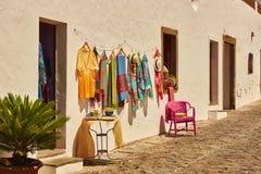 Kleidung, die in der Straße des portugiesischen Dorfs Monsaraz hängt Stockfotografie