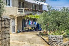 Kleidung, die draußen, Croatiaб-Lebensstil in der Insel Cres trocknet stockfotografie