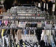 Kleidung, die an einem Aufhänger in einem Markt im Freien Asprovalta, GR hängt Stockfotografie