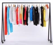 Kleidung, die an einem Regal hängt Stockfotografie