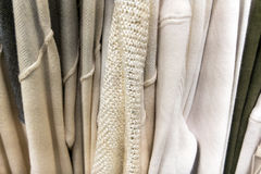 Kleidung, die an einem Speichergestell hängt Lizenzfreie Stockfotos