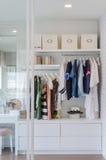 Kleidung, die im Wandschrank hängt lizenzfreie stockfotos