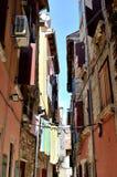 Kleidung, die oben in einem schmalen steeet in Kroatien hängt lizenzfreie stockfotografie