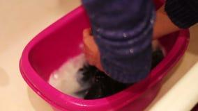 Kleidung, die sich eigenhändig wäscht stock video footage