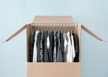 Kleidung in einem Garderobenkasten für das einfache Bewegen Lizenzfreies Stockbild