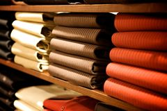 Kleidung in einem Speicher Stockbild