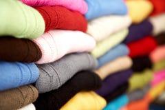 Kleidung am Einzelhandelsgeschäft Lizenzfreie Stockfotos
