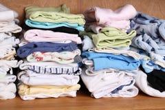 Kleidung für Babys in einer Garderobe lizenzfreies stockbild