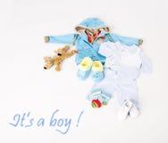 Kleidung für ein kleines Baby auf weißem Hintergrund Stockfoto
