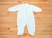 Kleidung für neugeborenes Mädchen auf einem hölzernen Hintergrund Lizenzfreies Stockfoto