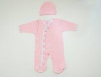 Kleidung für neugeborenes Mädchen auf weißem Hintergrund Stockfoto