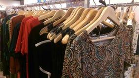 Kleidung für Verkauf Lizenzfreie Stockfotografie