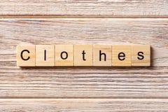 Kleidung fasst geschrieben auf hölzernen Block ab Kleidungstext auf Tabelle, Konzept Stockfotos