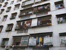 Kleidung gehangen von den Wohnungen Lizenzfreies Stockfoto