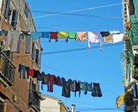 Kleidung heraus gehangen, um zu trocknen Stockbilder