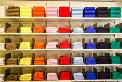 Kleidung im Kaufhaus Lizenzfreie Stockbilder