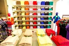 Kleidung im Kaufhaus Stockfotos