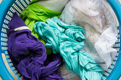 Kleidung im Korb Lizenzfreie Stockfotografie