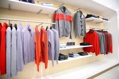 Kleidung im Speicher Lizenzfreies Stockfoto
