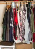 Kleidung im Wandschrank stockfotografie