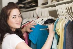 Kleidung im Wandschrank Stockfoto