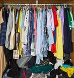Kleidung im Wandschrank stockfotos
