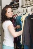 Kleidung im Wandschrank lizenzfreie stockfotografie
