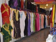 Kleidung kauft im medina von Fes, Marokko Lizenzfreie Stockfotos
